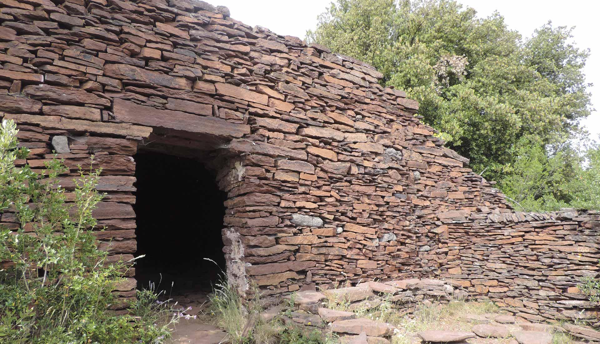 La ruffe est utilisée comme matériau de construction, cabane en pierre sèche en ruffe © Le Puech